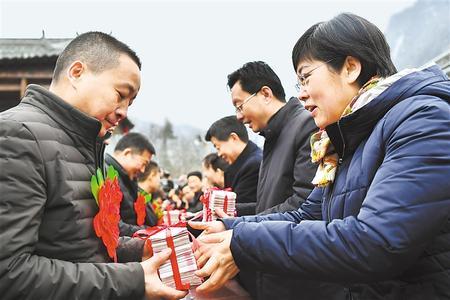 """陇南徽县:农村股份制合作社让农民领上""""年终奖"""""""