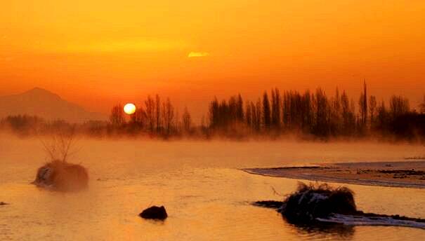 甘肃张掖黑河日出静美如画