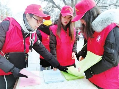 兰州:志愿者在公园林地开展护林防火宣传