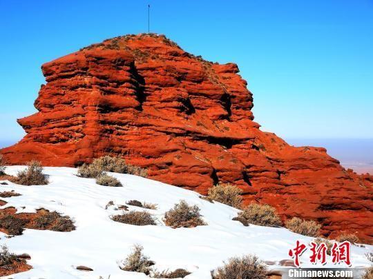 天空碧透,山岩殷红,白雪皑皑,构成平山湖大峡谷冬天的美景。吴学珍 摄