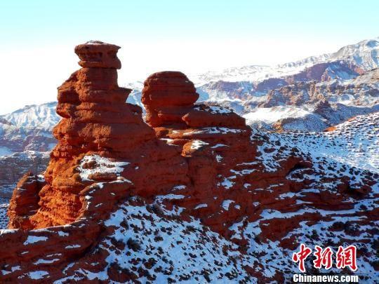 冬天平山湖大峡谷绚丽的景色令人沉醉。吴学珍 摄