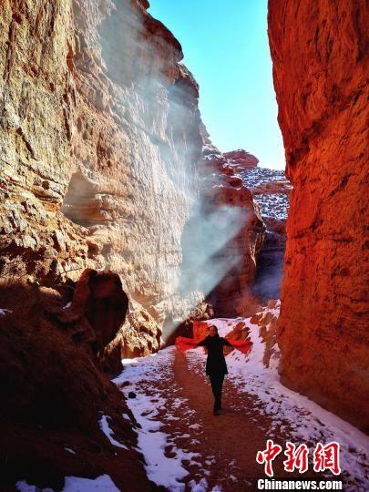 图为一名游人行走在大峡谷中。吴学珍 摄