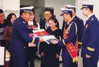 甘肃省森林消防总队政治部开展为立功授奖的指战员送喜报活动