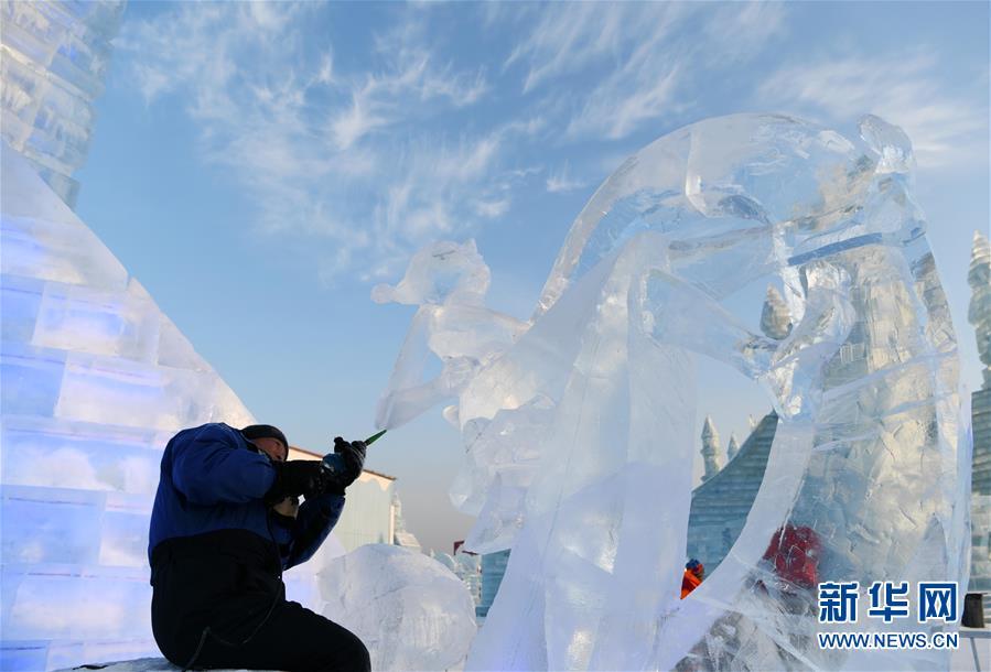 (社会)(1)哈尔滨国际冰雕比赛:初露芳容