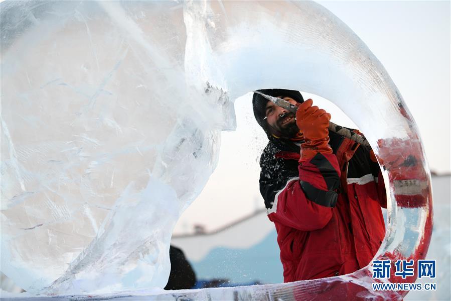 (社会)(4)哈尔滨国际冰雕比赛:初露芳容
