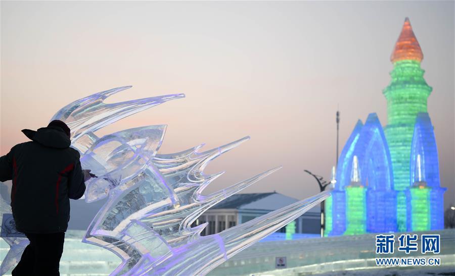 (社会)(5)哈尔滨国际冰雕比赛:初露芳容
