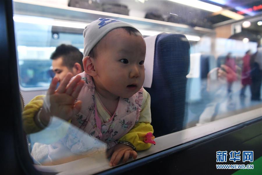 """(社会)(2)兰渝铁路开行时速160公里""""复兴号""""动车组"""