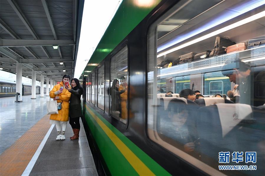 """(社会)(3)兰渝铁路开行时速160公里""""复兴号""""动车组"""