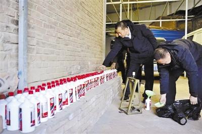 """民房内低价白酒勾兑""""茅台""""兰州警方捣毁制假窝点 两嫌犯被拘"""