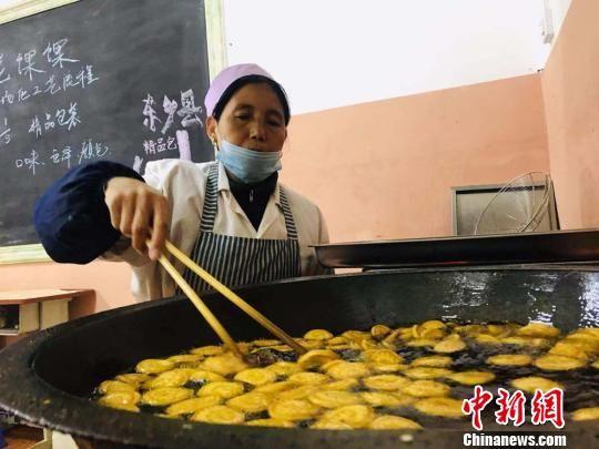 图为甘肃东乡县布楞沟村民在巾帼扶贫车间制作油炸馃馃。(资料图) 艾庆龙 摄