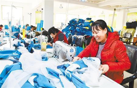 """小布鞋""""走""""出脱贫路 ——临夏县发展布鞋产业助力精准脱贫见闻"""