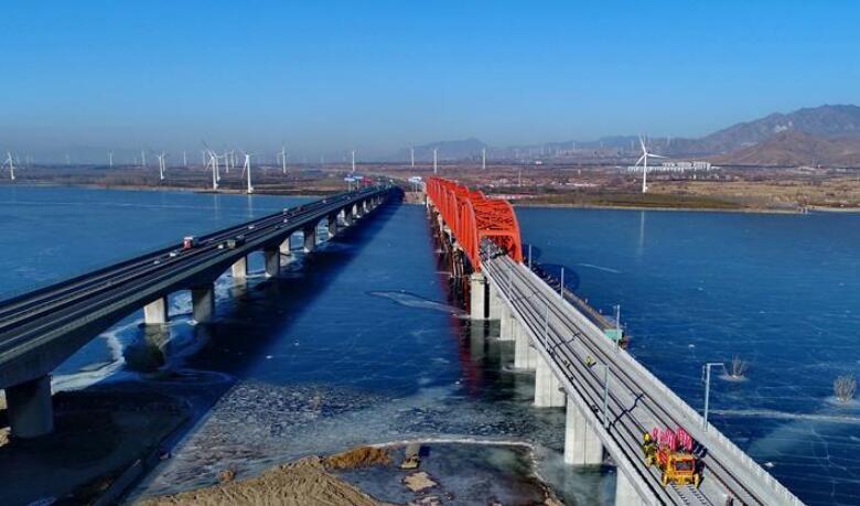 京张高铁官厅水库特大桥铺轨