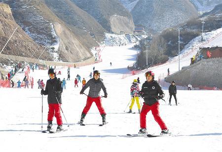临夏永靖县凤凰岭滑雪场开启滑雪季(图)