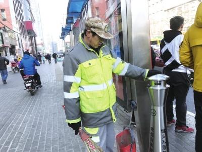 烟头收集器亮相兰州街头 倡导市民烟头不落地(图)