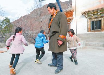 图片报道:43户人家的冷僻小山村走出了26名大门生