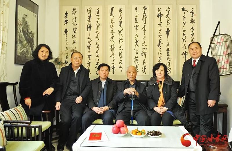 甘肃省高院党组书记、院长张海波看望慰问省高院离休老干部(图)
