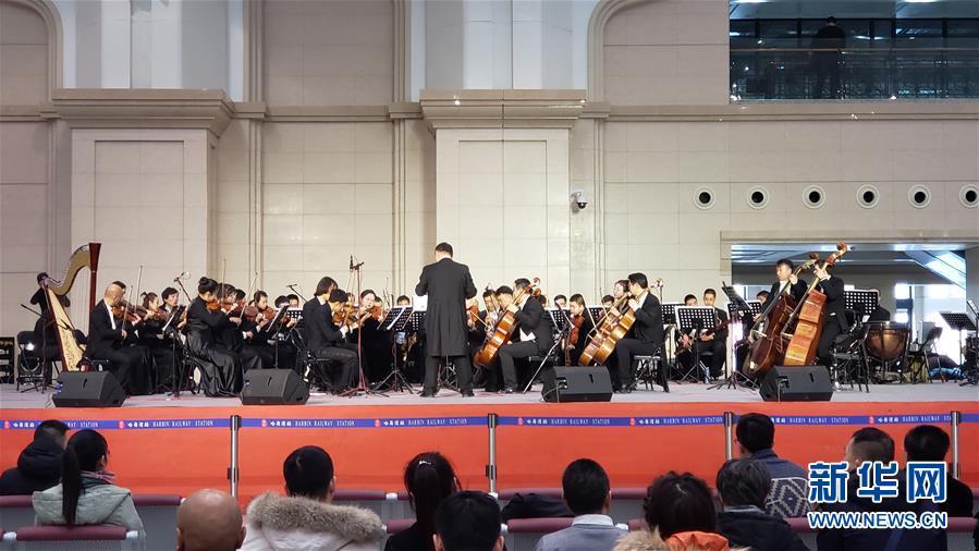 (新华网)火车站里的交响音乐会