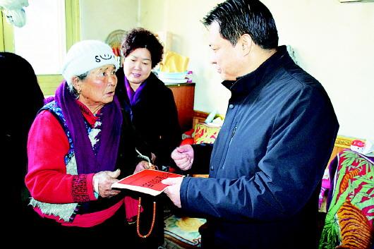 甘南州委副书记、州长赵凌云为迭部县电尕镇拉路村困难群众送上慰问金