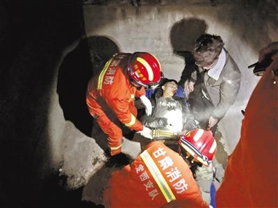 失足坠井 定西临洮消防救出建筑工地受伤男子