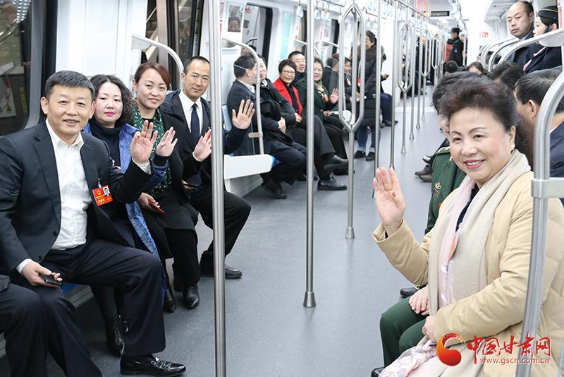 """【小陇跑两会】体验""""兰州速度""""  甘肃省人大代表参观地铁一号线(组图)"""