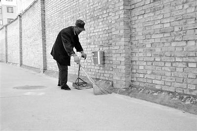 天水耄耋老人聂同玉甘做义务保洁员