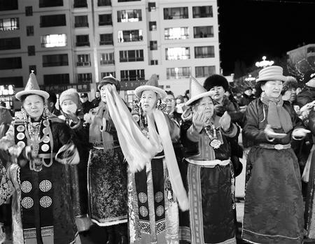 酒泉市肃北蒙古族群众参加祭火节,祈求国泰民安