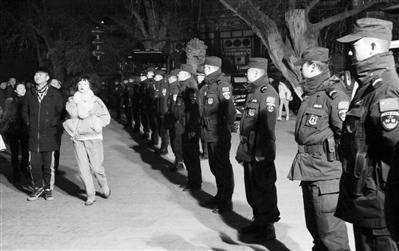 兰州城关公安圆满完成除夕夜群众自发祈福活动安全保卫工作