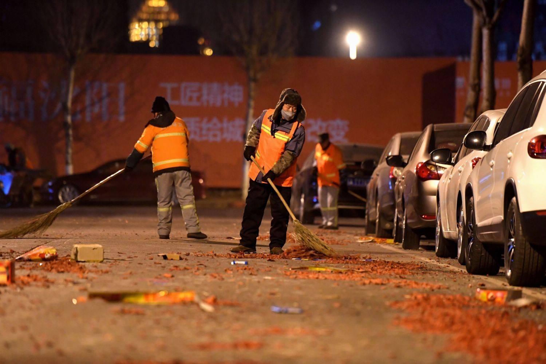 环卫工除夕夜忙个不停 清运兰州主城区垃圾上千吨