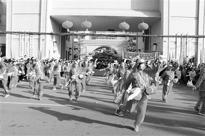 兰州安宁区河湾社火队舞上街头向市民拜年