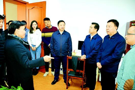 俞成辉节后探望慰劳甘南州直部分干部职工及队伍官兵