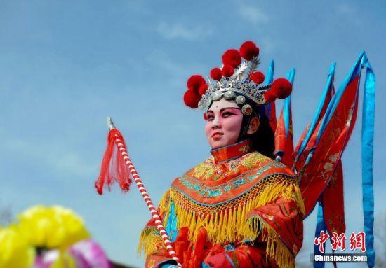 甘肃天水村民自制装饰造型演绎传统社火