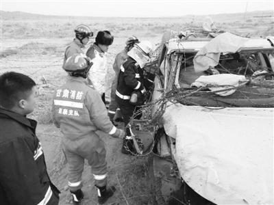 车辆侧翻男子被困戈壁滩 酒泉消防冒严寒成功救援