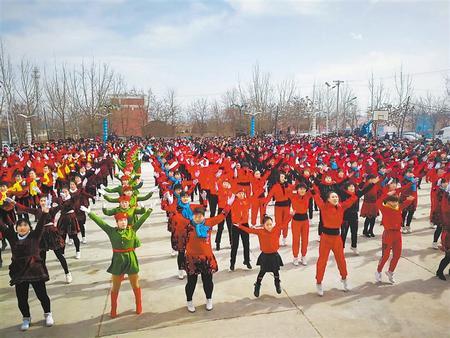 白银靖远县靖安乡村民自发组织起社火队表演(图)