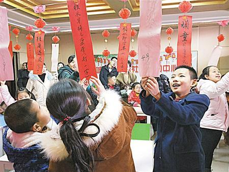 元宵节之际,庆阳市庆城举办猜灯谜等趣味活动