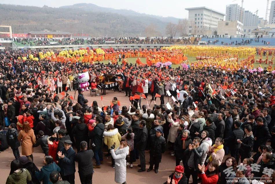 天水清水县委书记刘天波现场为广大干部群众宣讲扶贫政策提振脱贫信心