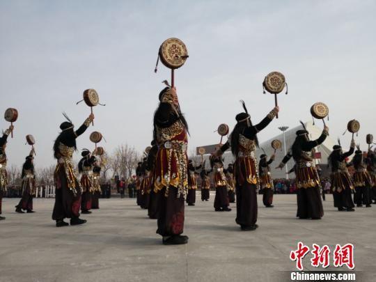 甘肃巴当舞:舞台搬演坚守传承 再现古老祭祀文化(图)