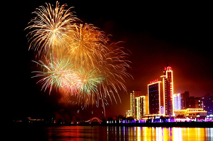 临夏永靖:元宵焰火绽放黄河之滨