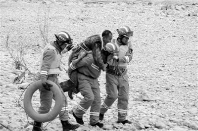 男子坠河后在浅滩苦挨一寒夜 陇南消防员驾皮划艇成功救援