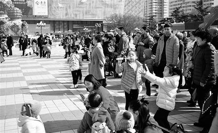 市民在兰州东方红广场享受春日暖阳(图)