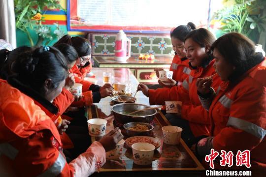 西藏阿里公路养护人与路相伴:我们都是追梦人