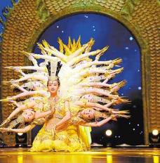 中国残疾人艺术团演员表演舞蹈《千手观音》