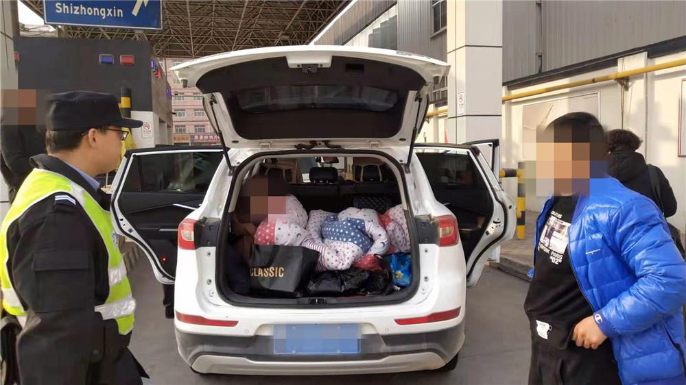 形迹可疑!轿车后备箱藏熟睡女子被兰州交警查处(图)