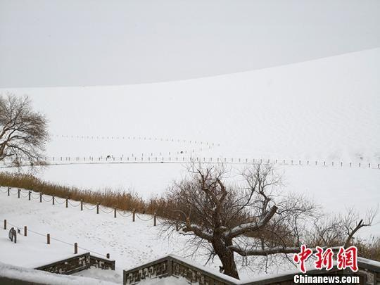 图为2018年底,甘肃敦煌鸣沙山月牙泉景区一片银装素裹。(资料图) 冯志军 摄