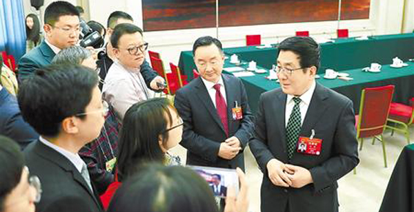 中外媒体聚焦中国甘肃网代表团开放团组运动 林铎唐仁健等代表答复发问