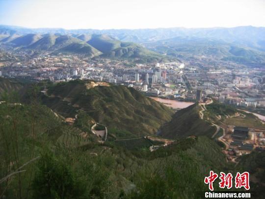 据中国甘肃网省甘肃新闻市南北两山情况绿化工程指挥部吐露,现在,甘肃新闻南北两山山体绿化面积已达60万亩。图为绿化后山体。(材料图) 陈江波 摄