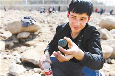 河滩寻奇石