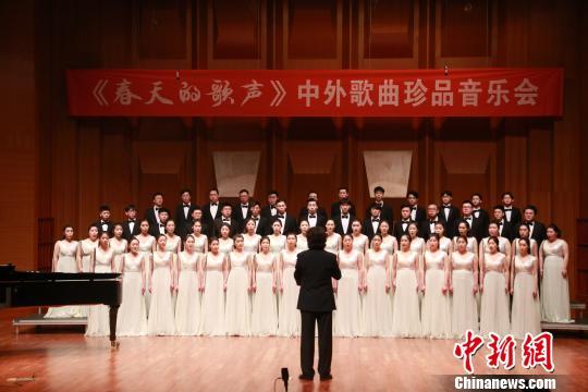 """中国音协爱乐男声合唱团福州唱响""""春天的歌声"""""""