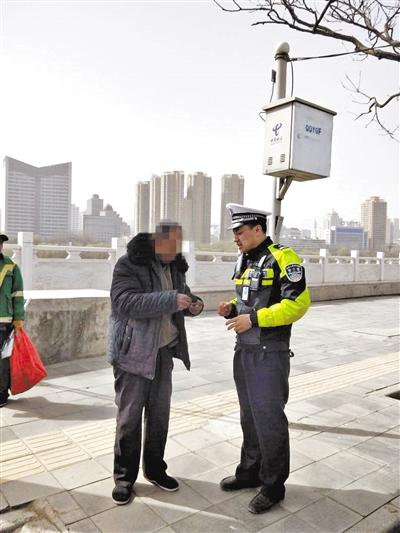 外地来兰老人迷路 执勤交警热心相助