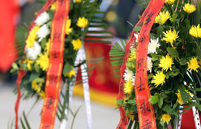 【网络中国节·清明】兰州:以鲜花为敬 缅怀革命先烈(组图)