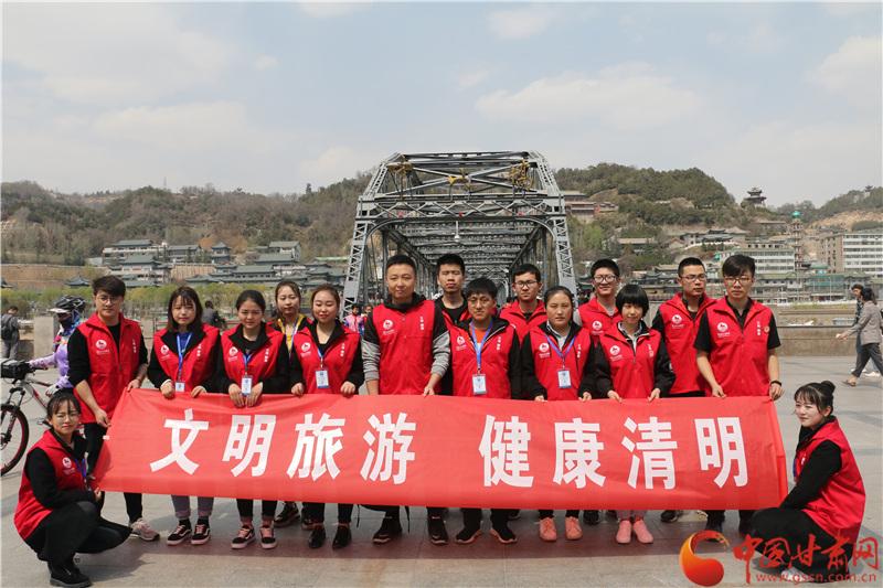 """兰州市文旅局开展志愿服务活动 倡导""""文明旅游 健康清明""""(图)"""